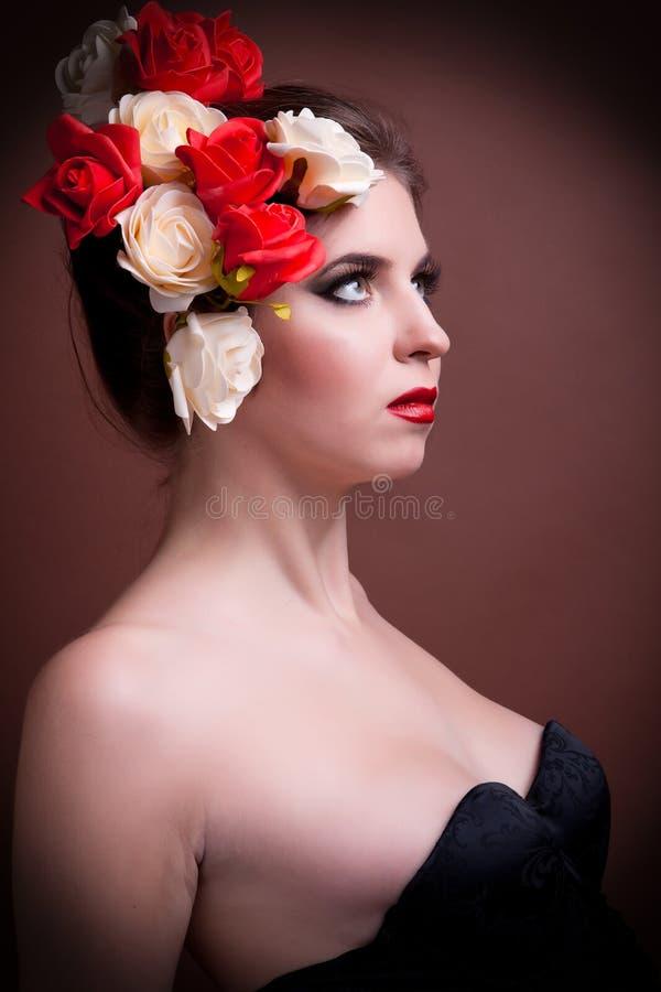 Portret wspaniała kobieta z kwiatami w głowie fotografia royalty free