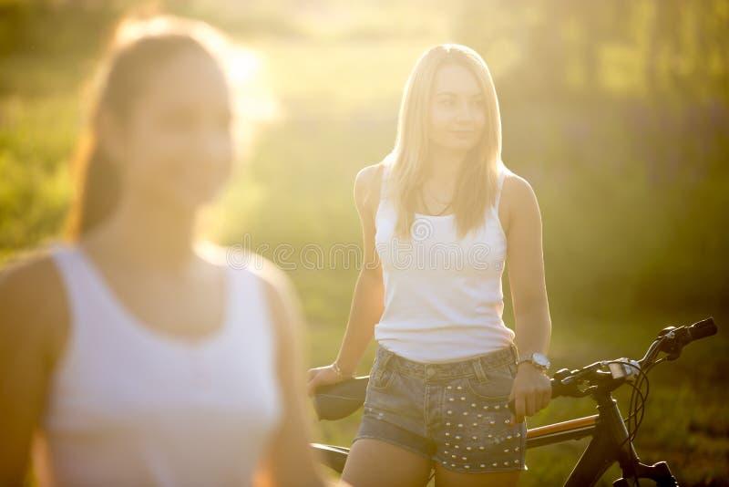 Portret wspaniała młoda blond kobieta z rowerem obrazy royalty free