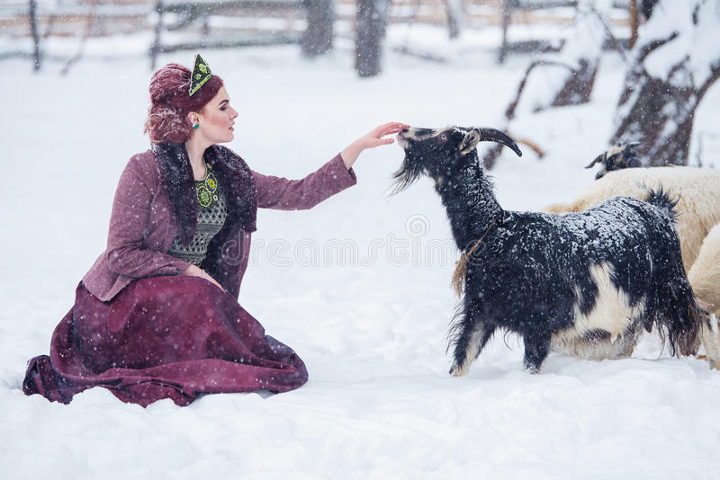 Portret wspaniała młoda kobieta jest ubranym rosjanina stylu suknię na silnym mrozie w zima śnieżnym dniu w wiosce zdjęcie stock