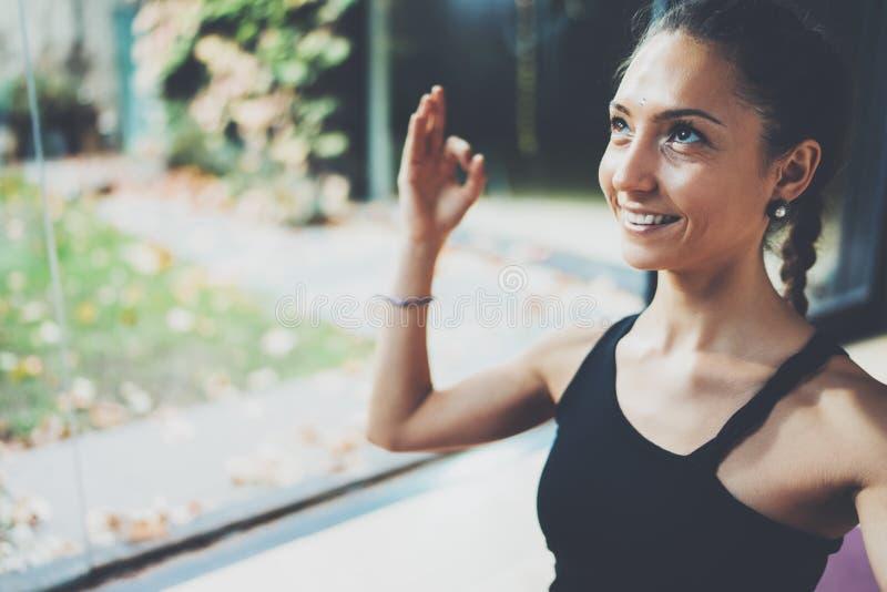 Portret wspaniałej młodej kobiety ćwiczy joga salowy Piękna dziewczyna ono uśmiecha się podczas praktyki klasy Calmness i relaksu fotografia royalty free