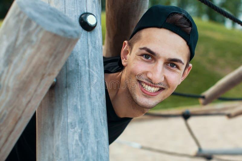 Portret wspaniały młody człowiek outdoors zdjęcia stock