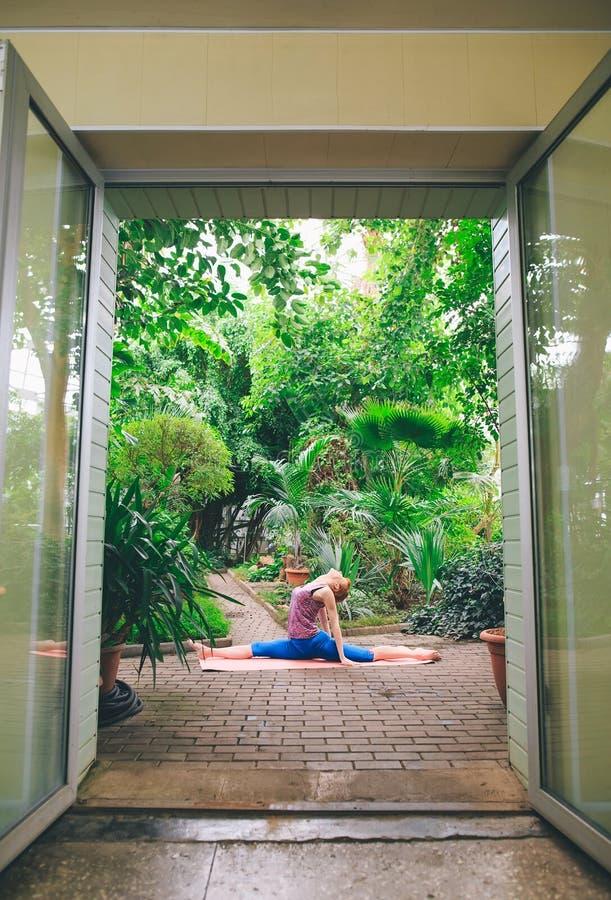 Portret wspania?ej m?odej kobiety ?wiczy joga salowy Calmness i relaksuje, ?e?ski szcz??cie zdjęcie royalty free