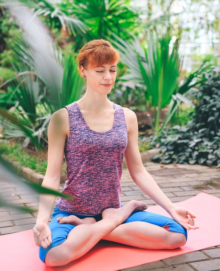 Portret wspania?ej m?odej kobiety ?wiczy joga salowy Calmness i relaksuje, ?e?ski szcz??cie zdjęcia stock