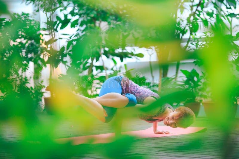 Portret wspania?ej m?odej kobiety ?wiczy joga salowy Calmness i relaksuje, ?e?ski szcz??cie zdjęcia royalty free