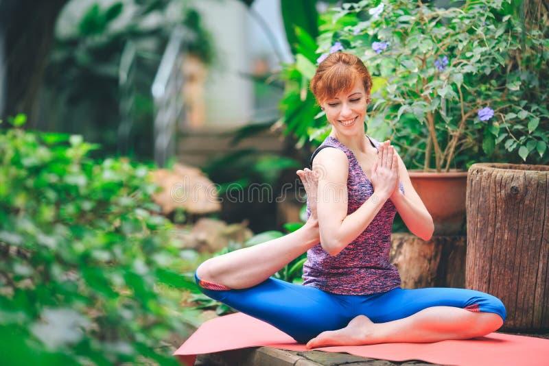 Portret wspania?ej m?odej kobiety ?wiczy joga salowy Calmness i relaksuje, ?e?ski szcz??cie zdjęcie stock
