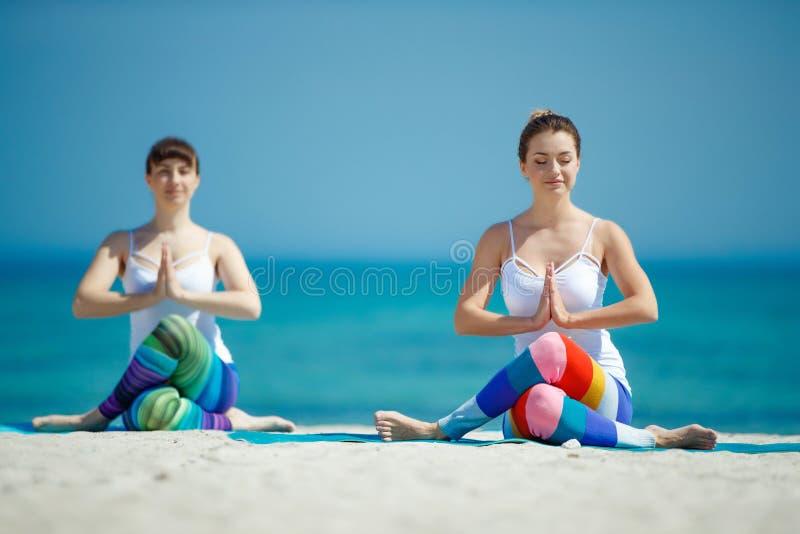 Portret wspania?ej m?odej kobiety ?wiczy joga salowy zdjęcia royalty free