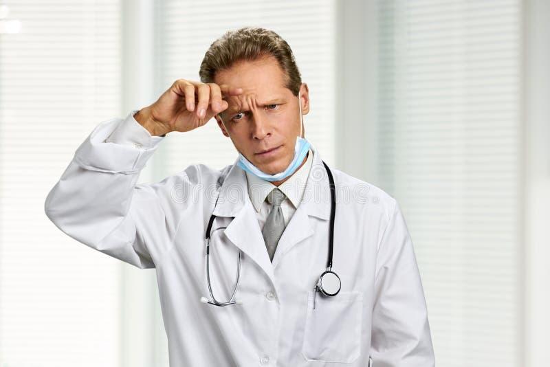 Portret wzburzona męska caucasian lekarka zdjęcia royalty free