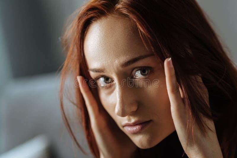 Portret wzburzona młoda kobieta patrzeje ciebie zdjęcie stock