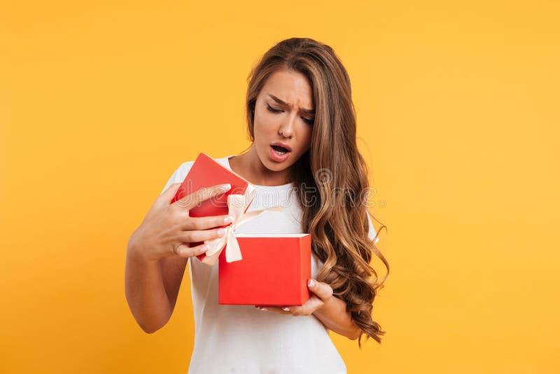 Portret wzburzony rozczarowany dziewczyny otwarcia prezenta pudełko obraz royalty free