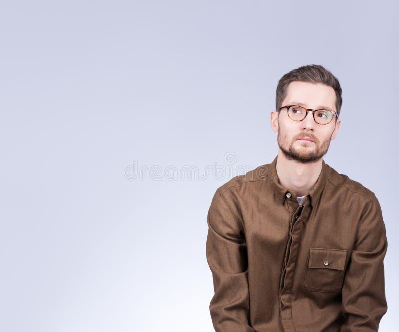 Portret z bezpłatną przestrzenią Młody człowiek patrzeje th z szkłami zdjęcia stock
