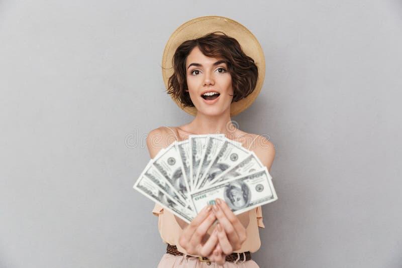 Portret z podnieceniem młoda kobieta w lato kapeluszu zdjęcia royalty free