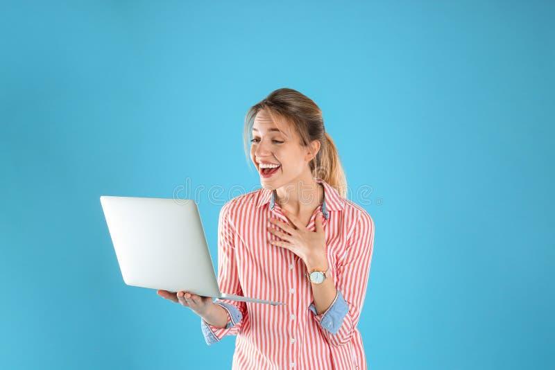 Portret z podnieceniem młoda kobieta w przypadkowym stroju z laptopem obraz stock