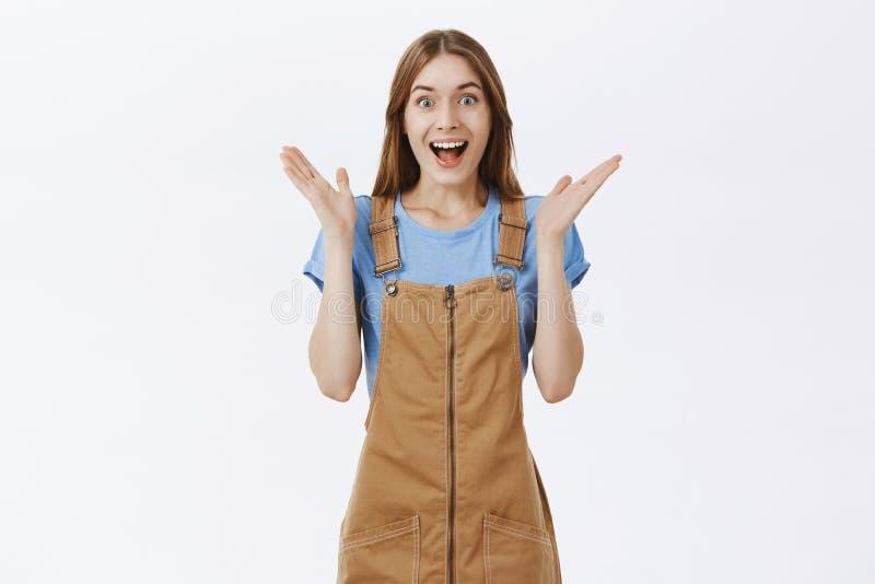 Portret z podnieceniem, zadziwiająca optymistycznie kobieta klascze ręki w ślicznych brązów kombinezonach i obraz stock