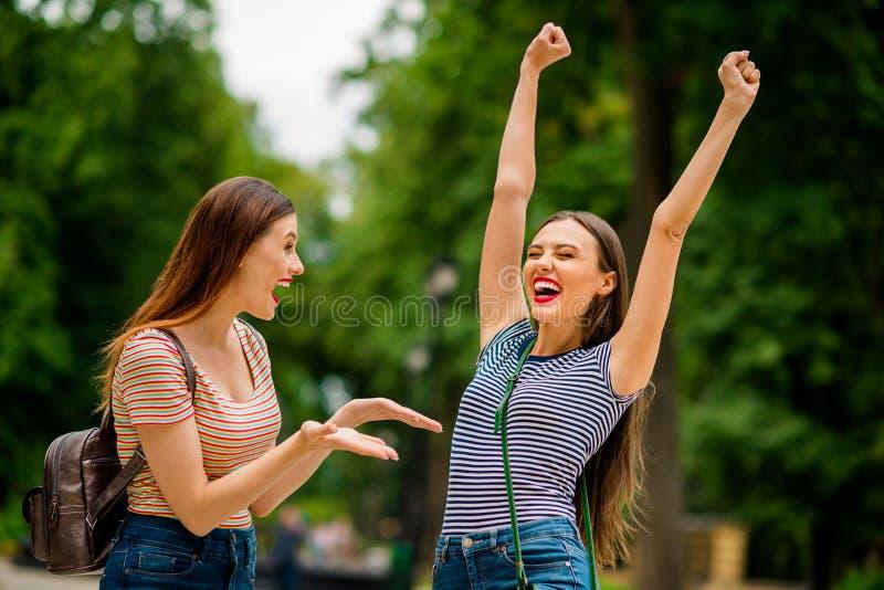 Portret zadowolone damy krzyczy jest ubranym pasiastego koszulka drelich z czerwonym warga kijem yeah podnoszący pięści zamyka oc zdjęcie royalty free