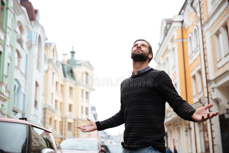 Portret zadowolony brodaty mężczyzna w pulowerze fotografia stock