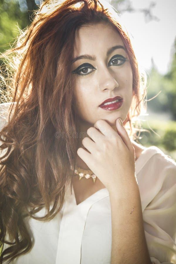 Portret zadumana piękna młoda kobieta przeciw tłu, fotografia royalty free