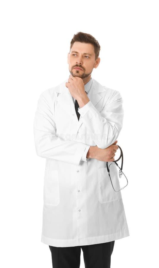 Portret zadumana samiec lekarka odizolowywająca na bielu medyczny obraz stock