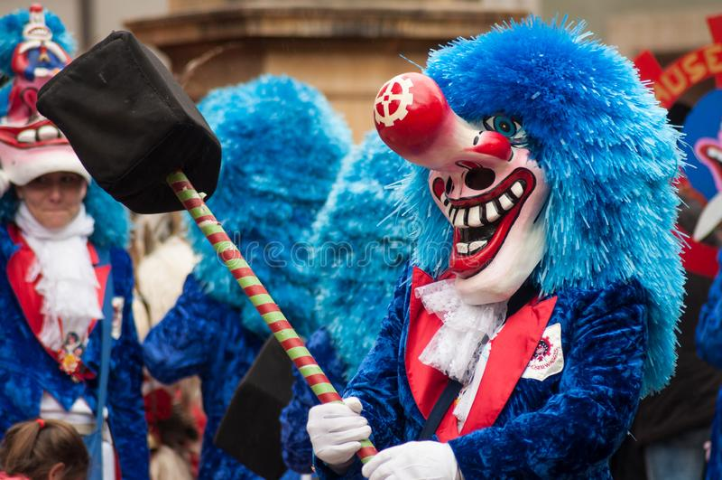 Portret zamaskowana osoba paraduje w ulicie z błękitną peruką zdjęcia royalty free