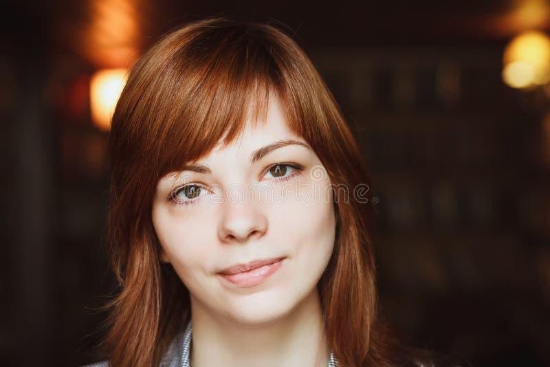 Portret zamknięty młoda piękna kobieta zdjęcia stock