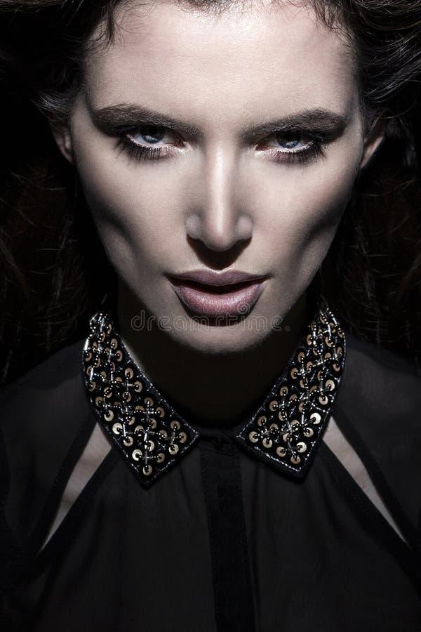 Portret zamknięty młody piękny perfect kobiety wysokiej mody model na ciemnym tle up zdjęcia stock