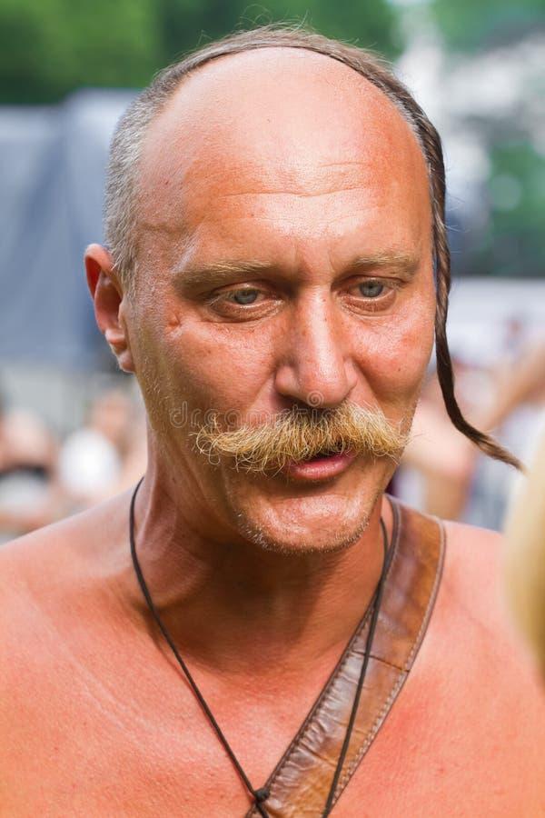 Portret Zaporozhian Sich cossack, kozaka kharakternyk z wąsem i oseledets ostrzyżeniem daje wywiadowi, fotografia stock