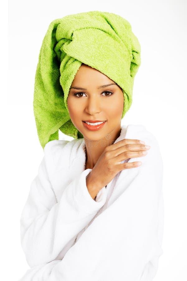 Portret zawijający w ręczniku z turbanem na hea atrakcyjna kobieta obraz stock