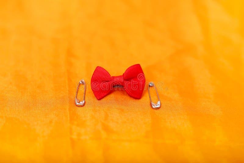 Portret zbawcza szpilka i czerwony łęk zdjęcia stock