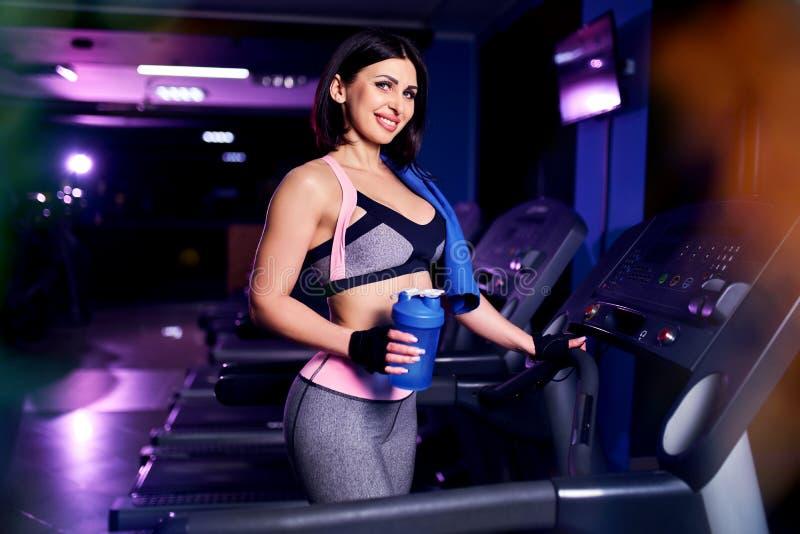 Portret zdrowy wiek średni sprawności fizycznej kobiety mienia bidonu potrząsacz w gym zdjęcia stock