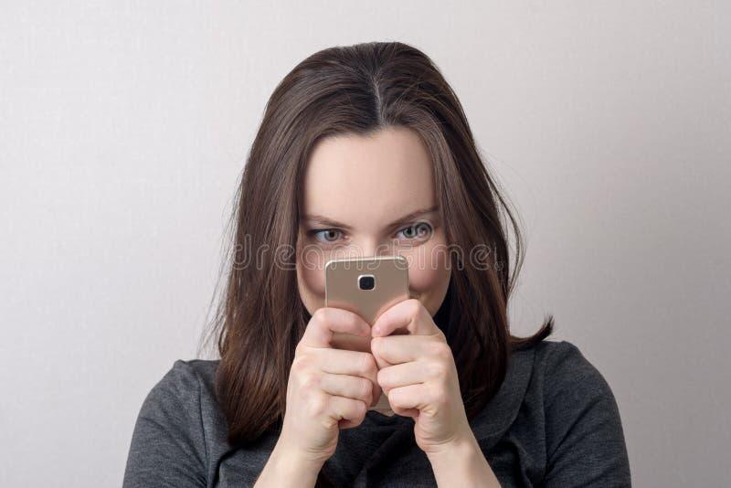 Portret zdziwiona kobieta z telefonem w rękach zdjęcie stock