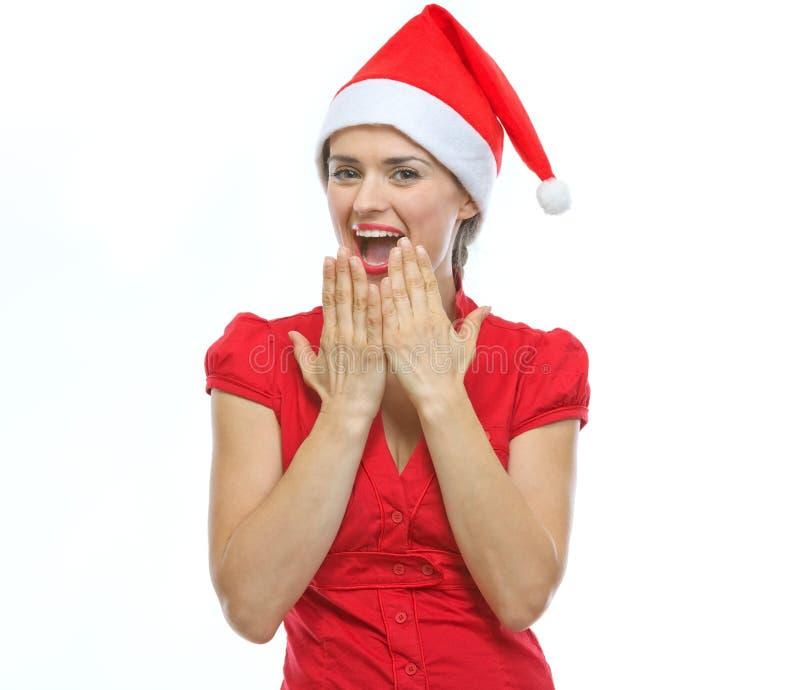 Portret zdziwiona młoda kobieta w Santa kapeluszu obrazy royalty free