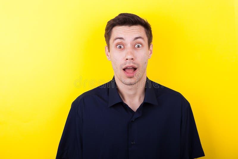 Portret zdziwiony mężczyzna z jego usta otwartym obraz royalty free