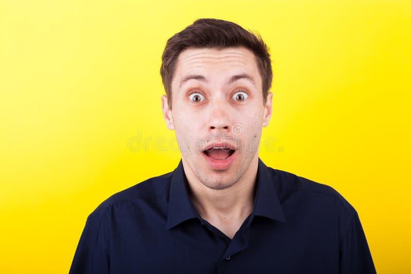 Portret zdziwiony mężczyzna z jego usta otwartym zdjęcia stock