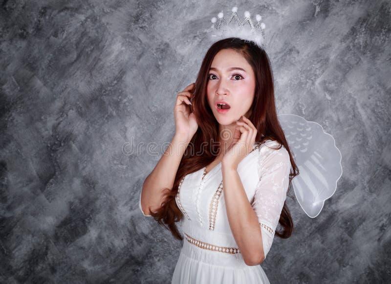 Portret zdziwiony młoda kobieta anioł zdjęcie royalty free