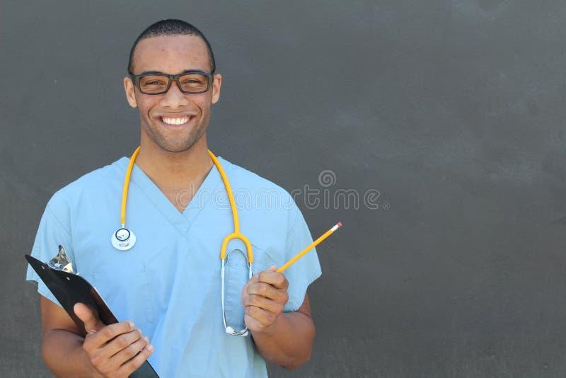 Portret zekere Afrikaanse Amerikaanse mannelijke artsen medische beroeps die geduldige die nota's schrijven op het ziekenhuisklin stock fotografie