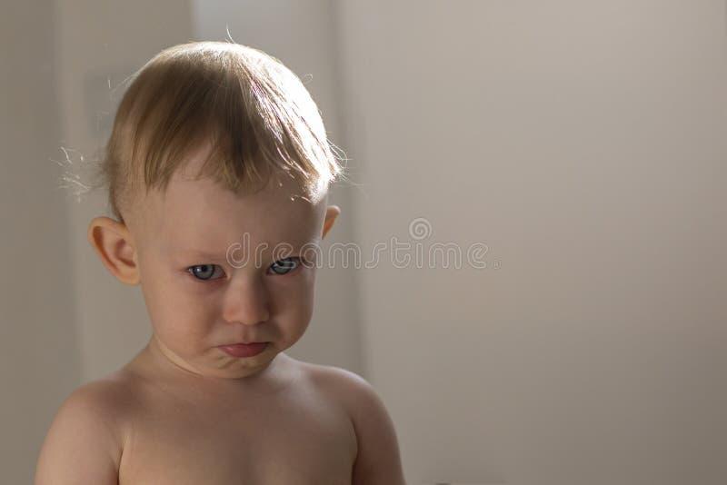 Portret zgrymaszony dziecka 1 lat zdjęcia royalty free