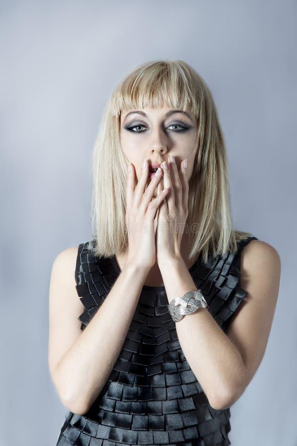 Portret zirytowana blondynki kobieta w dramatycznym makeup fotografia stock