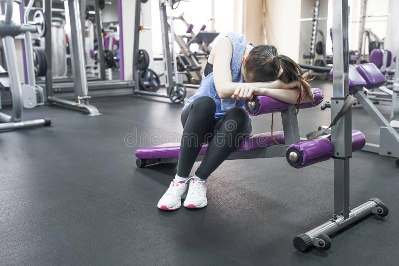 Portret zmęczona kobieta ma odpoczynek po treningu zdjęcia royalty free