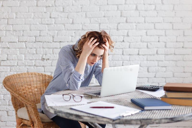 Portret zmęczona młoda biznesowa kobieta z laptopem zdjęcia royalty free