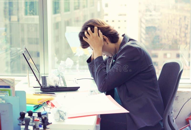 Portret zmęczona młoda biznesowa kobieta z laptopem zdjęcie stock