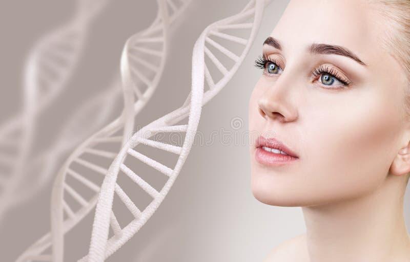 Portret zmysłowa kobieta wśród DNA łańcuchów zdjęcia stock