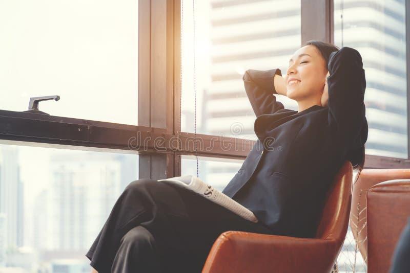 Portret zrelaksowana biznesowa kobieta w biurze Relaksuje i wolno?ci poj?cie zdjęcia royalty free