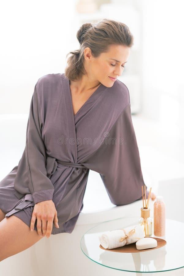 Portret zrelaksowana młoda kobieta w łazience obrazy stock