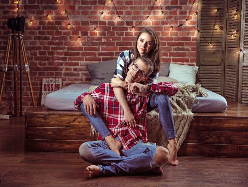 Portret zrelaksowana rozochocona para w nowożytnym wnętrzu zdjęcia stock