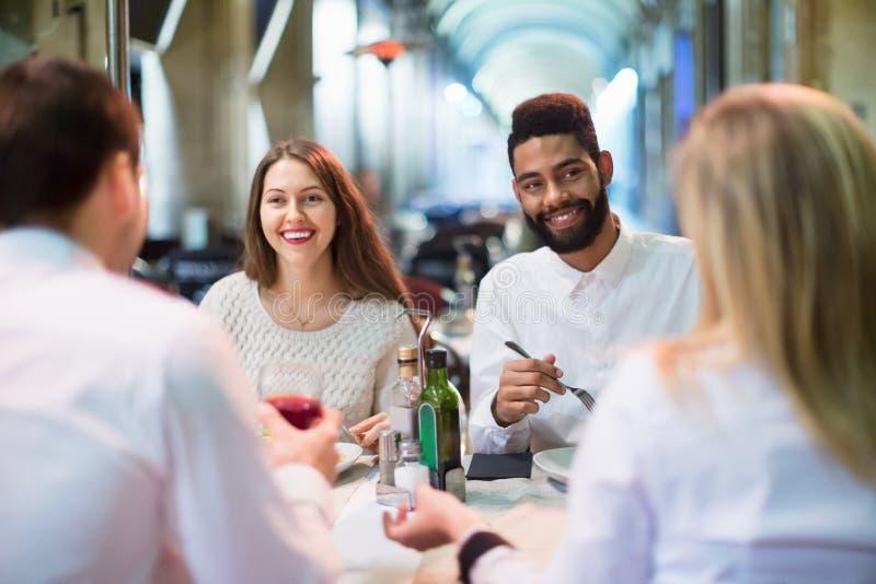 Portret zrelaksowani i szczęśliwi uśmiechnięci dorosli ma gościa restauracji zdjęcie stock