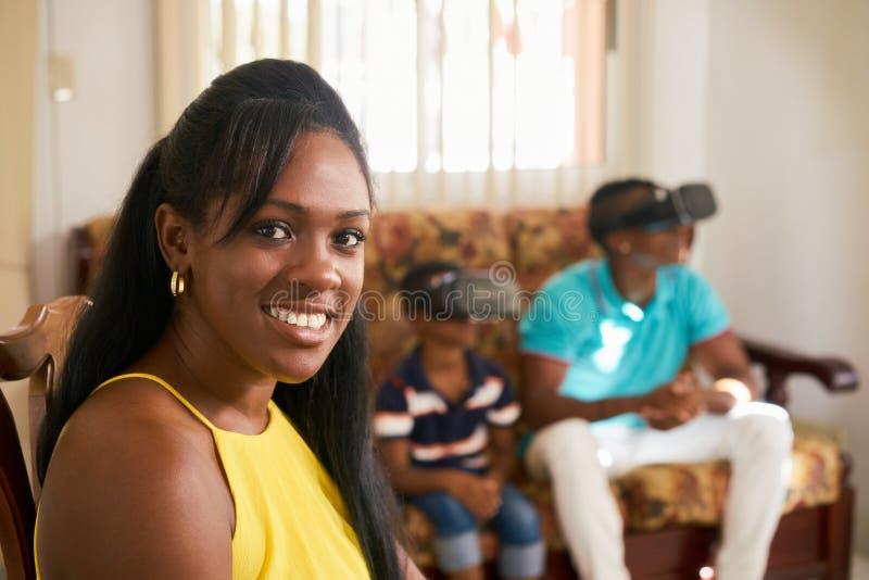 Portreta amerykanina afrykańskiego pochodzenia matka ono Uśmiecha się Przy kamerą zdjęcia stock