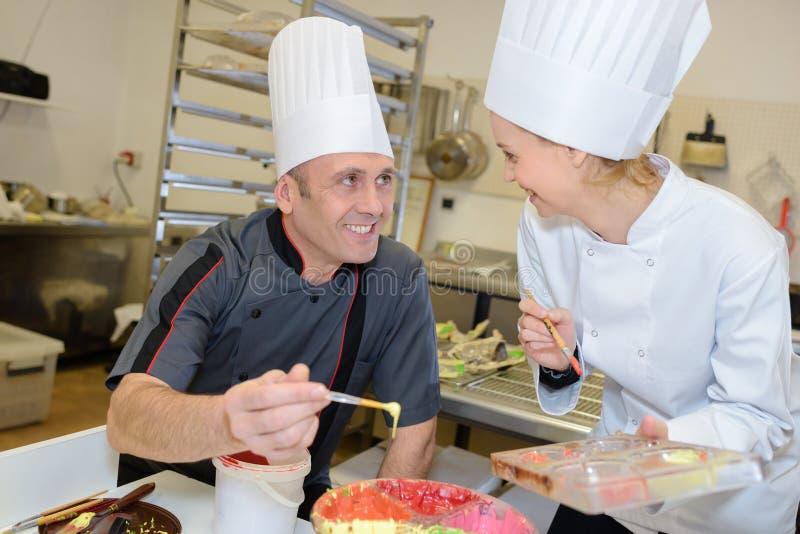 Portreta ciasta rozochoceni fachowi kucharzi obraz royalty free