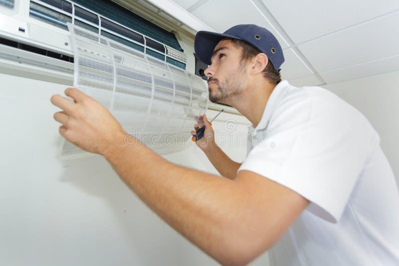 Portreta dorosłego technika naprawiania powietrza męski conditioner zdjęcie royalty free