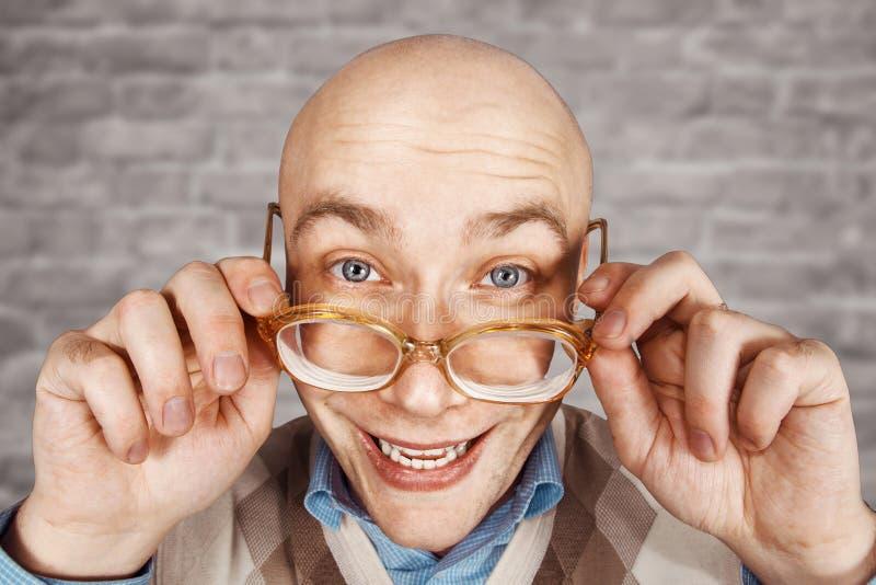 Portreta faceta szczęśliwy łysy urzędnik uradowany wygrywać na ściana z cegieł bielu tle zdjęcia royalty free