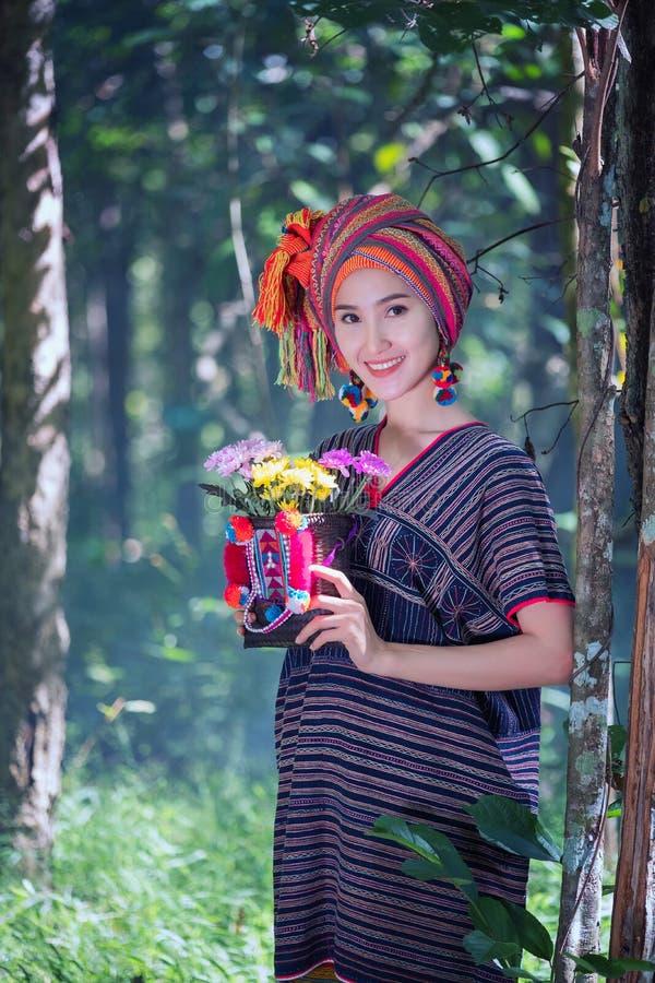 Portreta Karen ręki młode kobiety uśmiechająca się dziura kwitnie półdupki i kwitnie zdjęcia stock