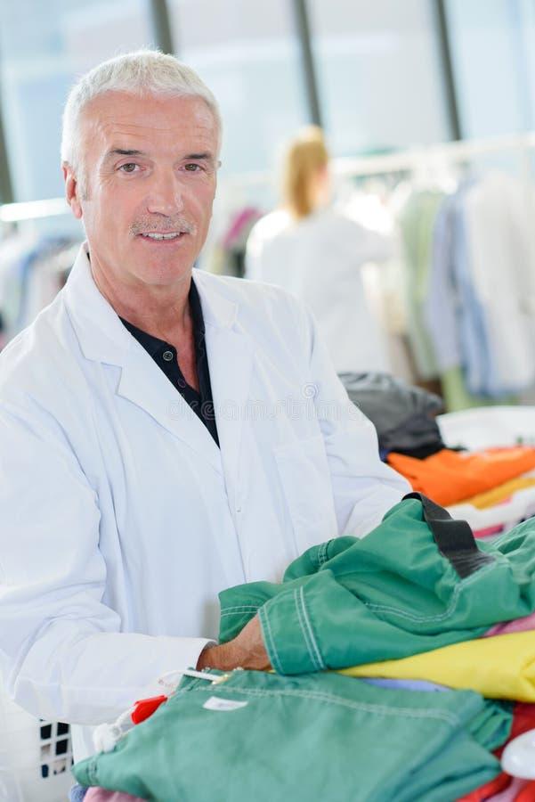 Portreta mężczyzna w fachowej pralni fotografia royalty free